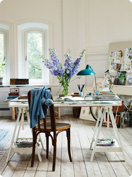 escritorio ikea con flexo verde vintage y flores