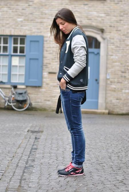 85Outfit-look-brujas-belgica-camisa-cuadros-varsity-jacket-chaqueta-beisbol-beisbolera-rebook-sneakers-bambas-jean-turismo-l_zpsccf68f82